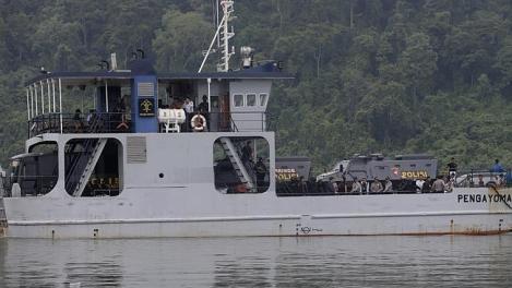 De ferry naar de gevangenis Nusa Kembangan met de poitietank.