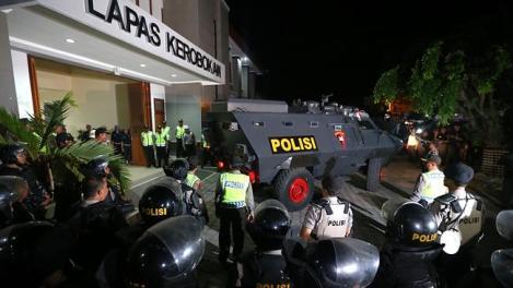 Politietank met beide australiers verlaat de Kerobokan gevangenis in Deenpasar