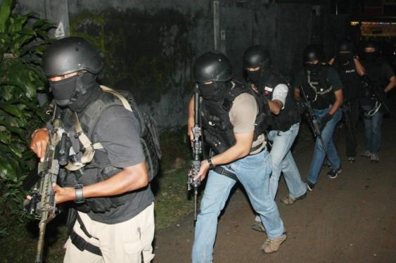 Personel Brimob bersenjata lengkap siap melakukan penggerebekan sebuah rumah kontrakan yang diduga dihuni sejumlah pelaku teror di Kampung Sawah, Ciputat, Tangerang Selatan, Banten, Selasa (31/12).