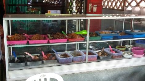 """warung - """"Warung bebas"""". Voor een vast bedrag (rp 20.000 p.p.) kun je hier een bord vol opscheppen. Erg veel keuze: vleesgerechten, visgerechten, eiergerechten en groenten."""