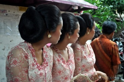 kleding - sanggul - De dames hebben een sanggul (wrong)
