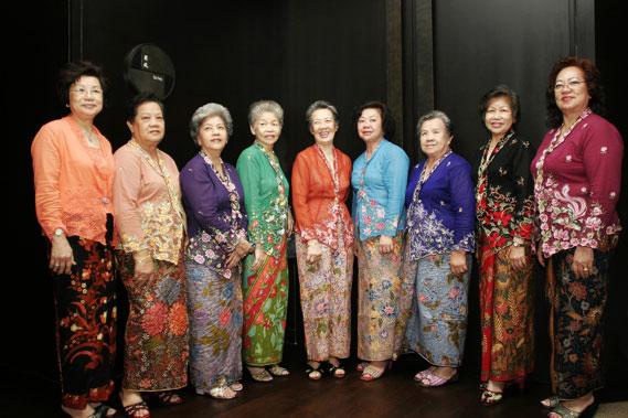 """Dames in nette """"pakaian adat""""."""
