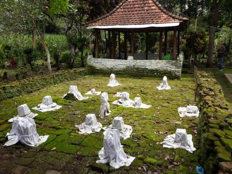 """Het graf van Arya Wiraraja bevindt zich in het """"huisje"""" (met palen) op de achtergrond"""